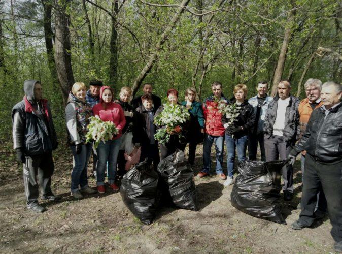 """До """"Дня довкілля"""" Сторожинецьким МУВГ проведено прибирання  території парку """"Молодіжний"""" в місті Сторожинець"""